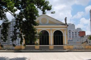 Vista da fachada posterior - 1º pavimento - em que se podem ver as iniciais F e R, do primeiros donos da casa Fábio e Renata, respectivamente - Foto: Diego Rabatone Oliveira